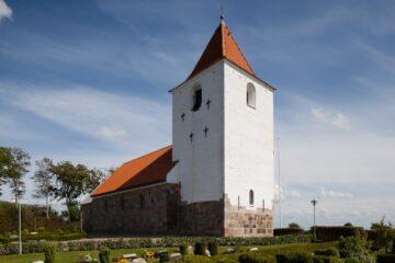 Spottet udefra giver det smukkeste lys i Ørding Kirke