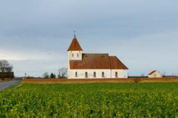 Et vartegn på sammenhold og en kirke med et helt særligt lys