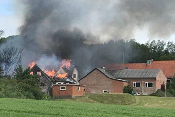 Stor brand i Flade – mand slap ud i tide