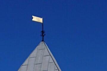 Nu glimter det af guld på toppen af Blidstrup Kirke