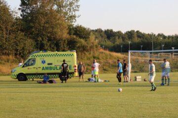 Fodboldkamp afbrudt i en time af dramatisk uheld