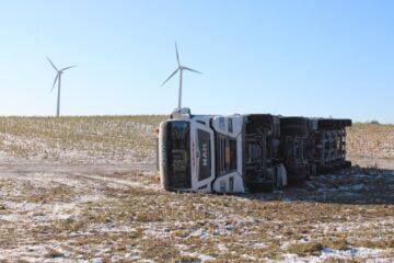 Lastbil væltede om på siden