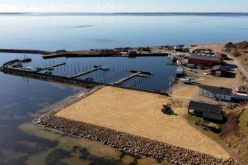 Par fra Amager bag smuk dronefilm om havnen i Sillerslev