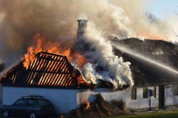 20 brandfolk kæmper med brand ved Bjergby