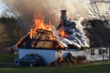 Kan ikke finde årsagen til brand i stråtækt hus
