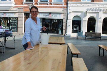 Endnu en solrig By Night – og borde og bænke bliver stående